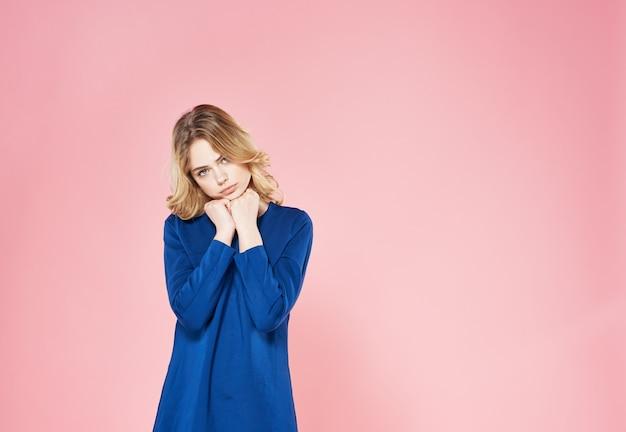 Elegante blonde vrouw in blauwe jurk