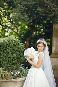 Elegante bruid in een park