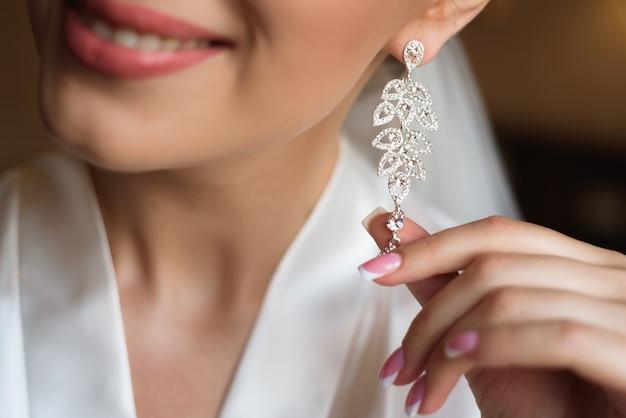 Elegante bruid oorbellen. ochtend bruids voorbereiding. fine art bruiloft details