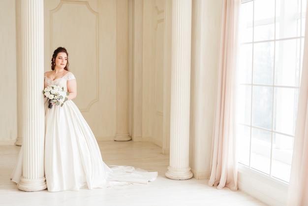 Elegante bruid poseren