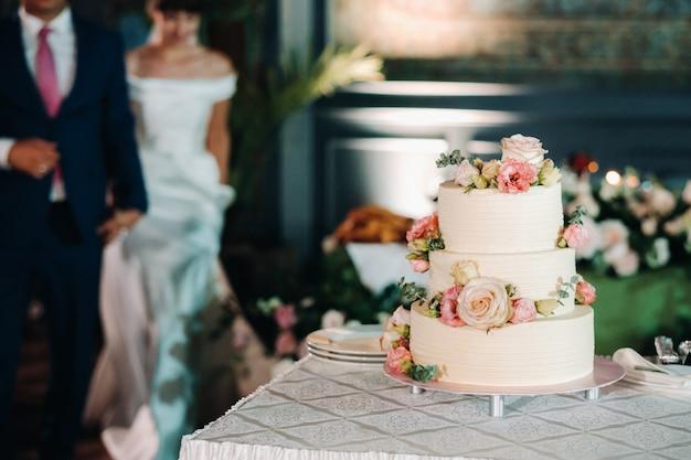Elegante bruidstaart op de bruiloft in drie lagen.
