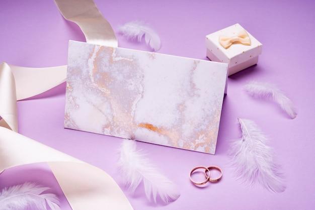 Elegante bruiloft uitnodiging met lint op tafel