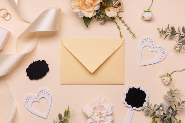 Elegante bruiloft uitnodiging op tafel