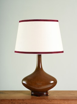 Elegante bruine bolvormige vintage lamp met schaduw