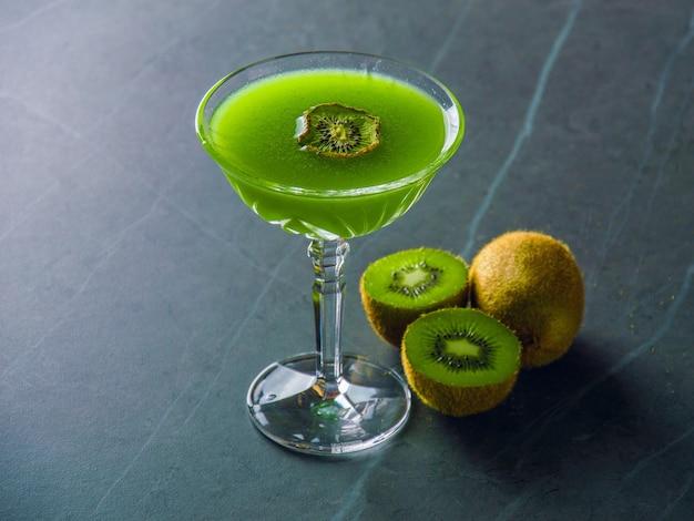 Elegante cocktail met een heerlijk bijgerecht