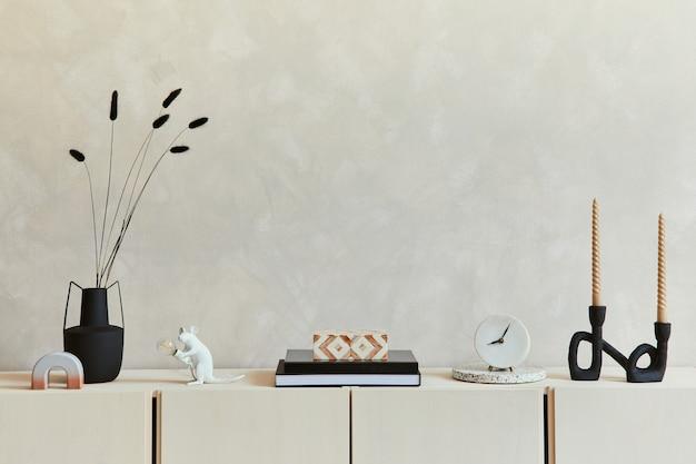 Elegante compositie van stijlvol woonkamerinterieur met beige dressoir en minimalistische persoonlijke accessoires. ruimte kopiëren. sjabloon.