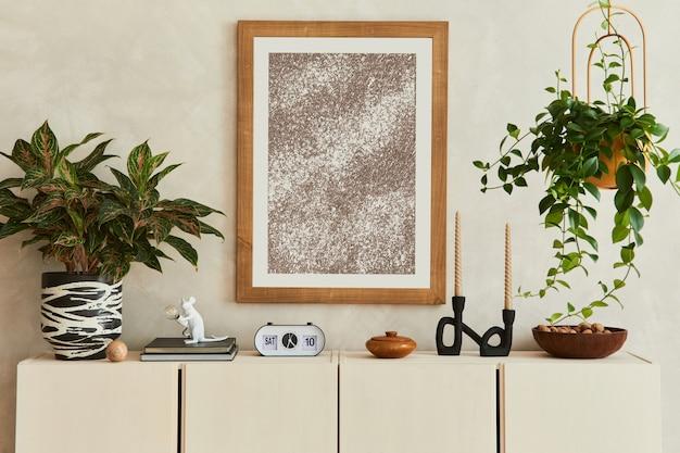 Elegante compositie van stijlvol woonkamerinterieur met mock-up posterframe, beige dressoir, planten en vintage persoonlijke accessoires. ruimte kopiëren. sjabloon.