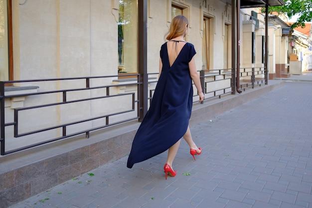 Elegante dame die alleen in de straat loopt