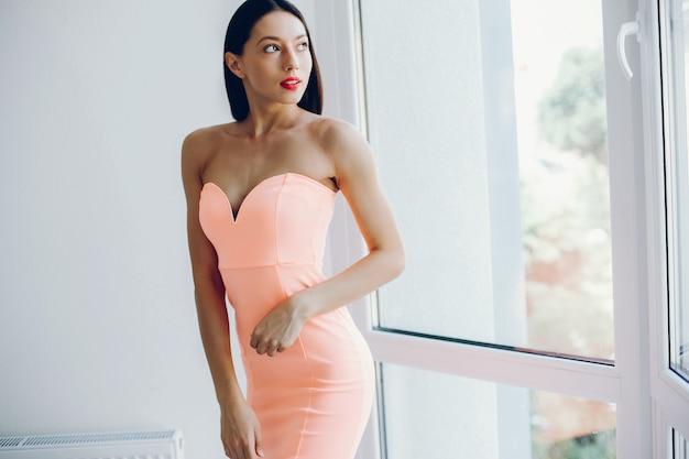 Elegante dame in een roze jurk
