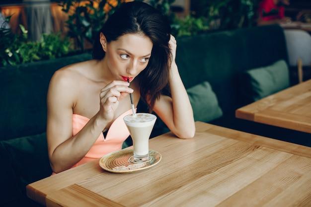 Elegante dame met koffie