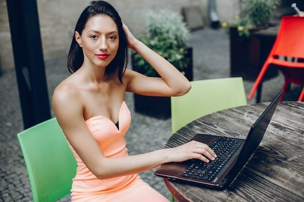 Elegante dame met laptop