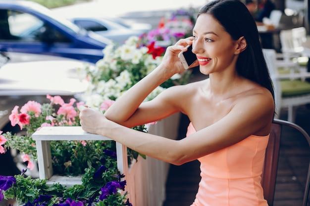 Elegante dame met mobiele telefoon