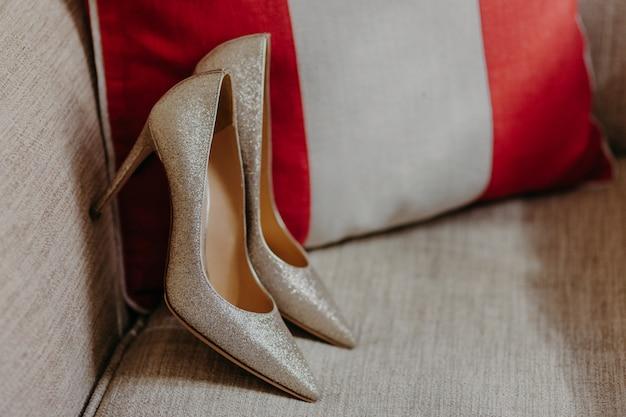 Elegante damesschoenen met hoge hakken op de bank