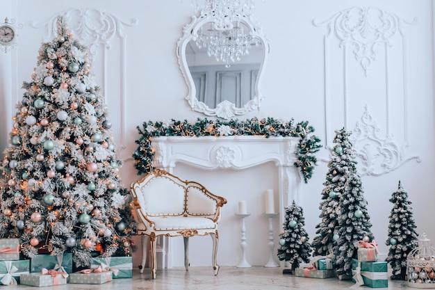Elegante decor kerstboom met geschenken en een vintage fauteuil