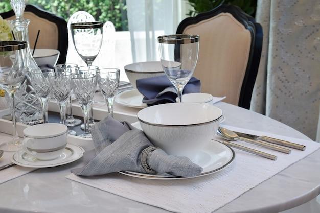 Elegante die lijst op marmeren eettafel in het uitstekende binnenland van de stijleetkamer wordt geplaatst