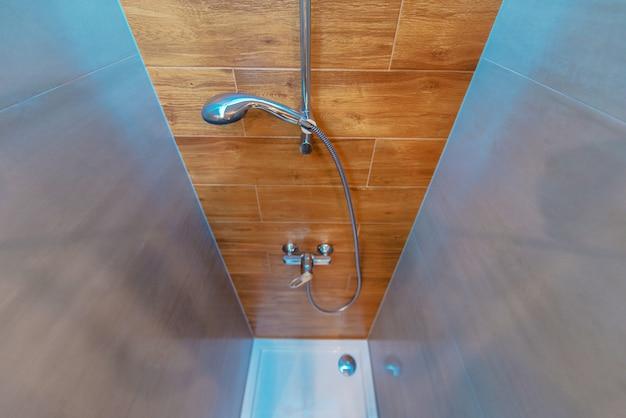 Elegante en moderne badkamer met douchecabine
