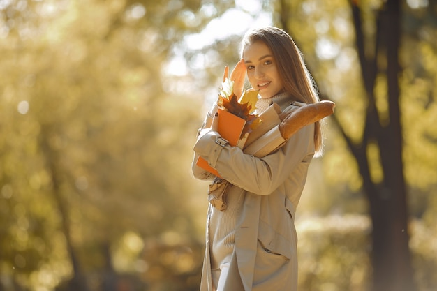 Elegante en stijlvolle meisje in een herfst park