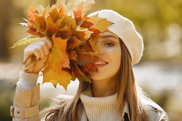 Elegante en stijlvolle meisje in een herfst park Gratis Foto