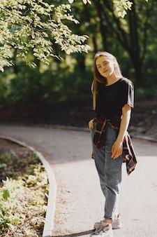 Elegante en stijlvolle meisje in een zomer bos