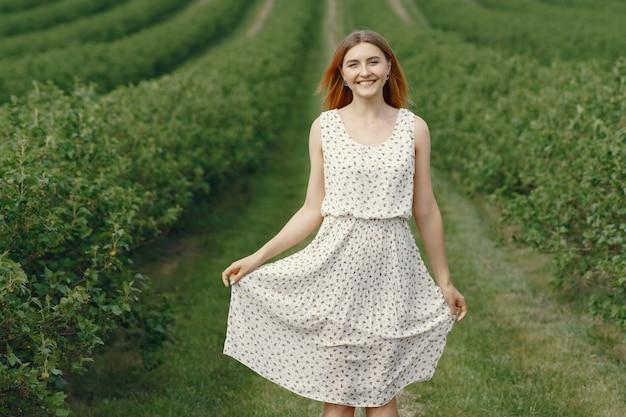 Elegante en stijlvolle meisje in een zomer veld