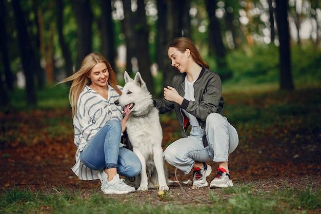 Elegante en stijlvolle meisjes in een bos