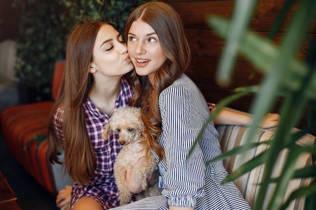 Elegante en stijlvolle meisjes in een café
