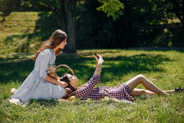 Elegante en stijlvolle meisjes in een lentepark