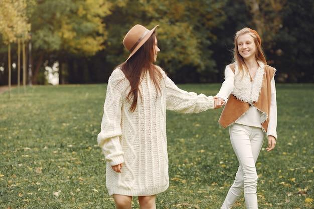 Elegante en stijlvolle meisjes in een park