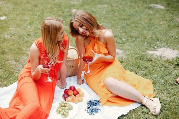 Elegante en stijlvolle meisjes in een zomerpark