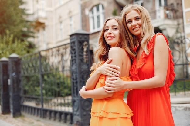 Elegante en stijlvolle meisjes in een zomerse stad