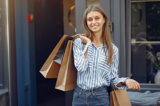 Elegante en stijlvolle meisjes op straat met boodschappentassen