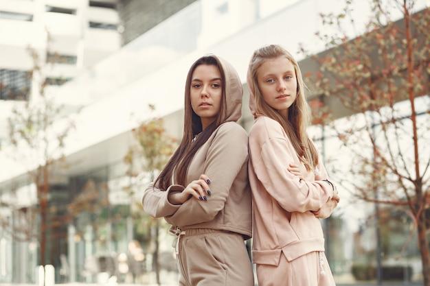 Elegante en stijlvolle vrouwen in de stad