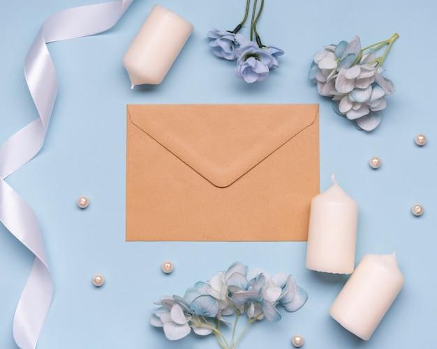 Elegante envelop en bruiloft kaarsen op tafel