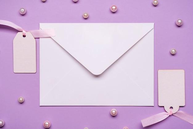 Elegante envelop omgeven door parels
