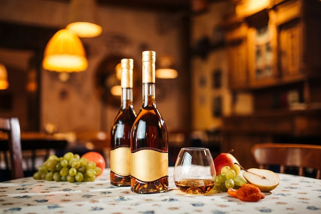Elegante fles cognac met fruit