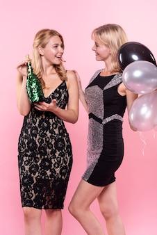 Elegante geklede dames die elkaar bekijken