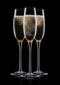 Elegante glazen gele champagne met bubbels op zwarte achtergrond met reflectie