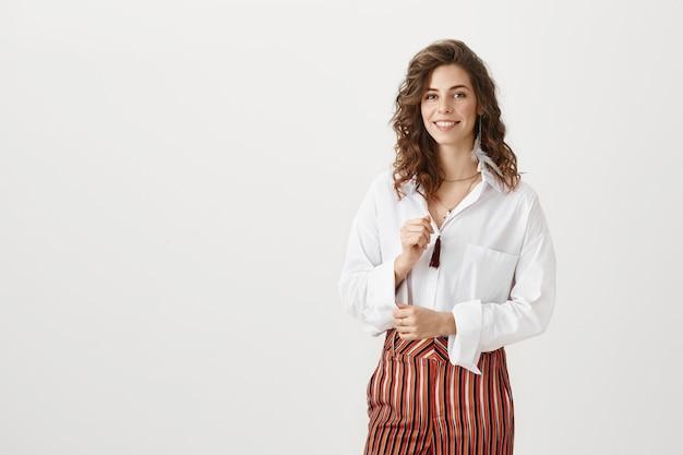 Elegante glimlachende zakenvrouw glimlachen