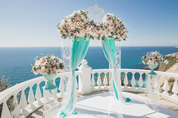 Elegante huwelijksboog met verse bloemen
