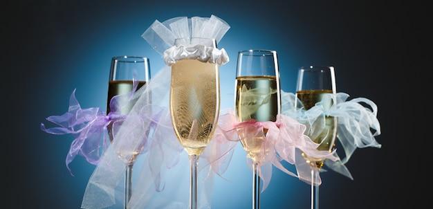 Elegante huwelijksbril met champagne voor bruid en haar bruidsmeisjes op heldere feestelijke zwarte en blauwe achtergrond