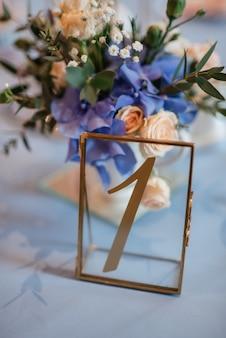 Elegante huwelijksdecoraties gemaakt van natuurlijke bloemen en groene elementen