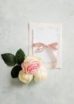 Elegante huwelijkskaart en bloemenornament