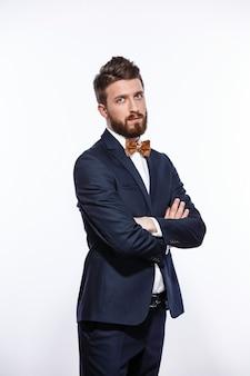 Elegante jonge knappe man in zwart klassiek kostuum studio mode portret