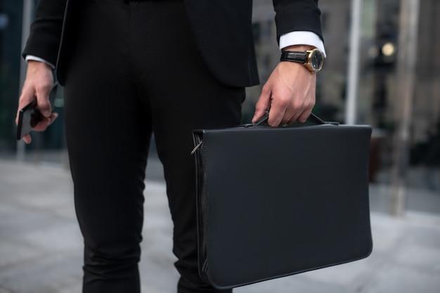 Elegante jonge man in een zwart pak