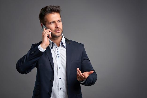 Elegante jonge man met een smartphone