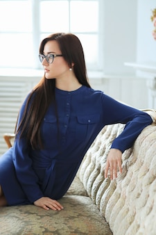 Elegante jonge vrouw die zich thuis