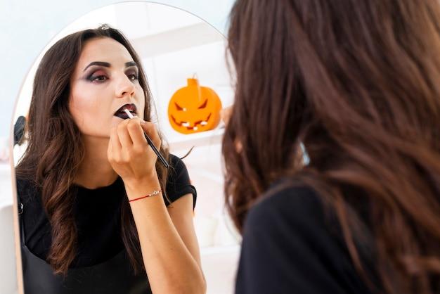 Elegante jonge vrouw met halloween-samenstelling
