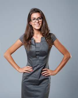 Elegante jonge zakenvrouw poseren