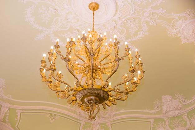 Elegante kristallen kroonluchter. vintage hangende kroonluchter.