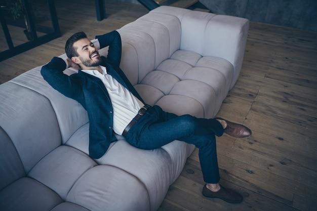 Elegante man binnenshuis poseren